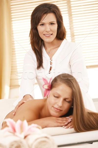 Masseur Retour massage regarder caméra souriant Photo stock © nyul