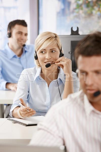 Stockfoto: Exploitant · praten · hoofdtelefoon · jonge · klantenservice · glimlachend