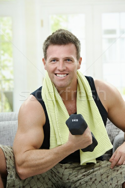 Biceps gespierd man vergadering sofa home Stockfoto © nyul