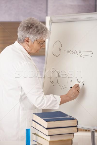 Senior insegnante disegno molecolare formule insegnamento Foto d'archivio © nyul