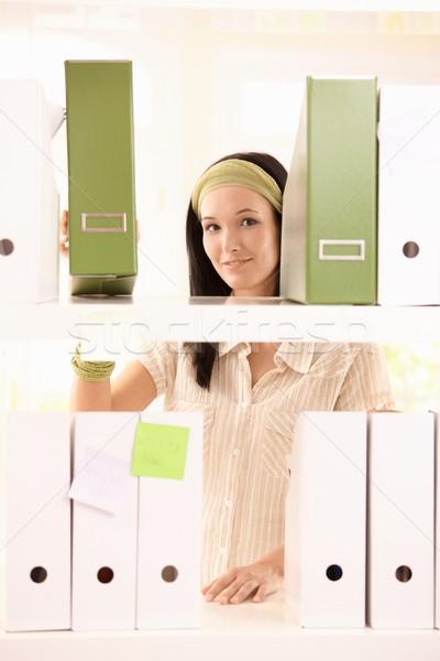 Mooie kantoor meisje mappen glimlachend camera Stockfoto © nyul