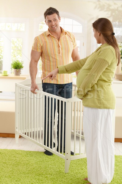 Pareja cuna embarazadas madre senalando Foto stock © nyul