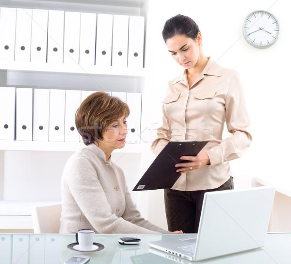 Foto stock: Empresárias · senior · empresária · assistente · trabalhando · escritório