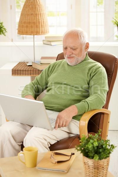 Сток-фото: старший · человека · используя · ноутбук · компьютер · домой · улыбаясь