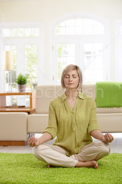Stockfoto: Vrouw · yoga · meditatie · home · vergadering · vloer