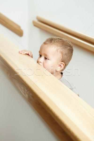 Peu garçon escalier permanent escaliers regarder Photo stock © nyul
