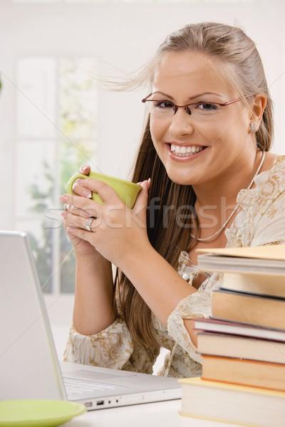 Сток-фото: студент · девушки · используя · ноутбук · компьютер · счастливым · сидят
