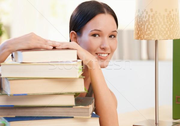 Stock fotó: Derűs · fiatal · nő · pózol · könyvek · otthon · mosolyog