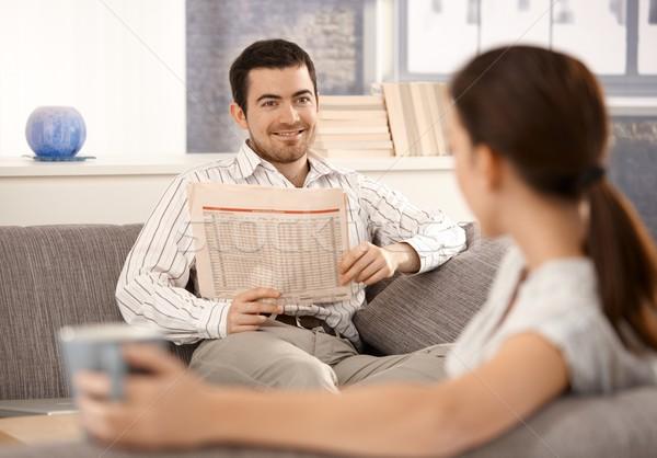 Сток-фото: сидят · гостиной · диван · человека · улыбающаяся · женщина
