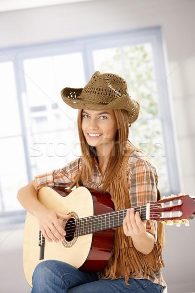 ストックフォト: 魅力的な女の子 · 演奏 · ギター · 笑みを浮かべて · 魅力的な · 若い女の子