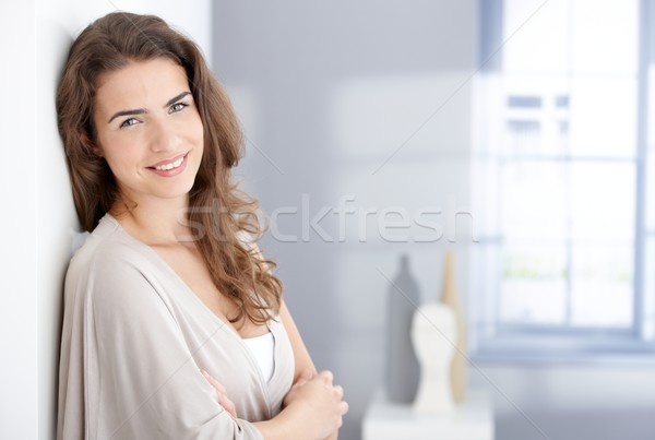 Mulher atraente sorridente alegremente casa atraente mulher jovem Foto stock © nyul