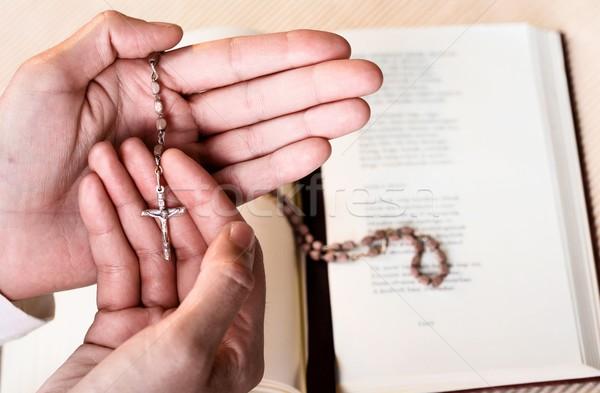 Rózsafüzér kéz keresztény hívő imádkozik Isten Stock fotó © nyul