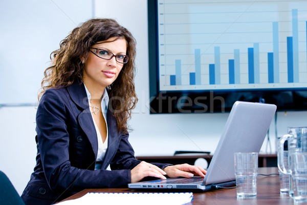 üzletasszony dolgozik számítógép fiatal boldog laptop számítógép Stock fotó © nyul