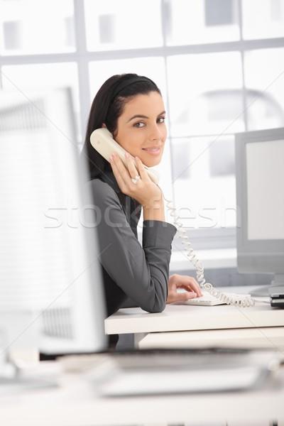 Stockfoto: Kantoor · vrouw · glimlachend · kantoormedewerker · vergadering · bureau