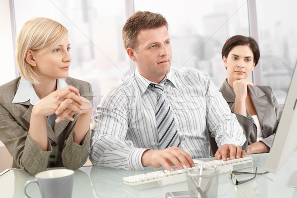 Foto stock: Reunião · olhando · tela · do · computador · computador · cara