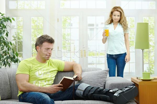 Сток-фото: пару · домой · человека · сломанной · ногой · диван · чтение