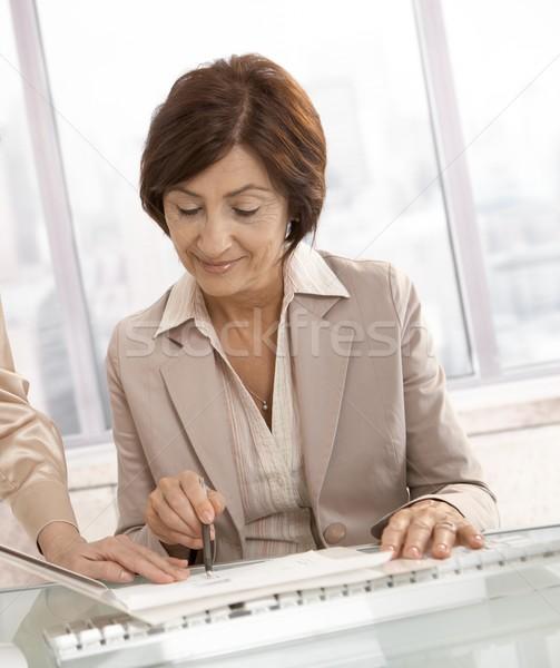 Foto stock: Altos · mujer · de · negocios · documentos · sonriendo · ayudante · negocios