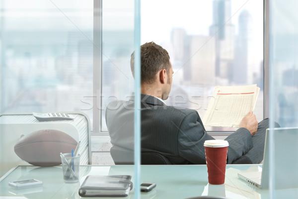 Foto stock: Empresario · lectura · periódico · sesión · escritorio