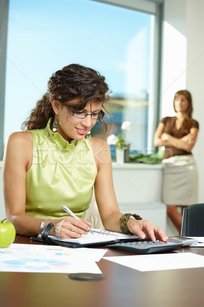 Foto stock: Jóvenes · mujer · de · negocios · escrito · notas · sesión · escritorio