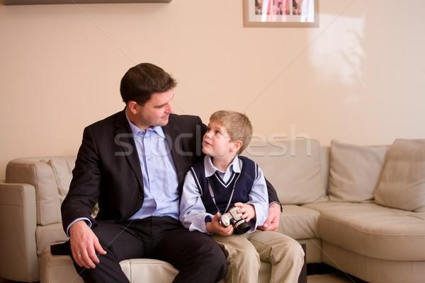Père en fils appareil photo numérique séance ensemble canapé Photo stock © nyul