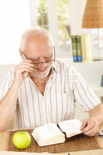 Lachend gepensioneerde lezing boek vergadering tabel Stockfoto © nyul