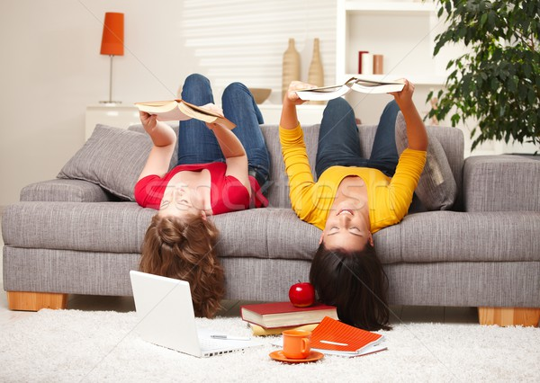 Stockfoto: Meisjes · lezing · ondersteboven · sofa · tienermeisjes · vergadering