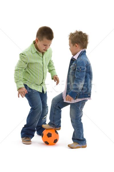 Foto stock: Ninos · jugando · fútbol · jóvenes · hermanos