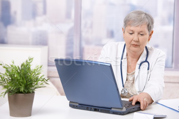 Senior Arzt schauen Bildschirm weiblichen arbeiten Stock foto © nyul