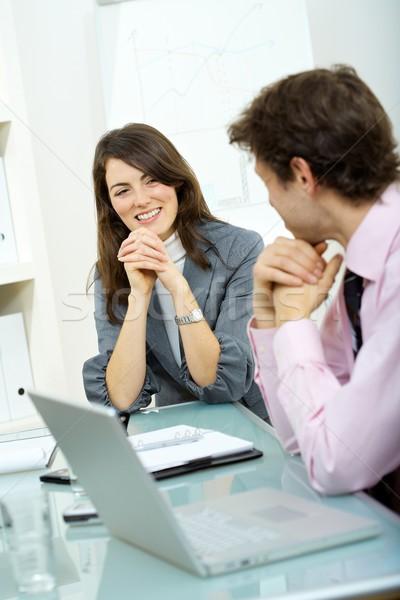 Foto stock: Reunión · de · negocios · dos · colegas · debate · oficina · atención · selectiva
