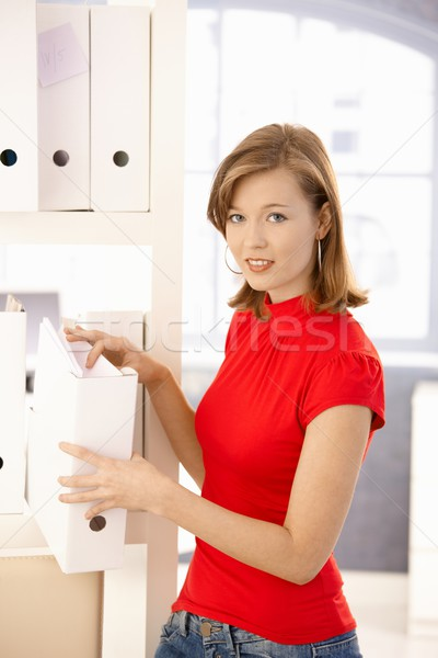 Fiatal irodai dolgozó szervez mappák lezser akta Stock fotó © nyul