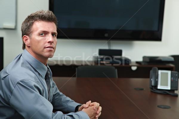 Foto stock: Empresario · grave · sesión · mesa · mirando