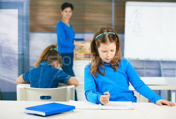 Iskolás lány ír teszt gondolkodik tömés ki Stock fotó © nyul