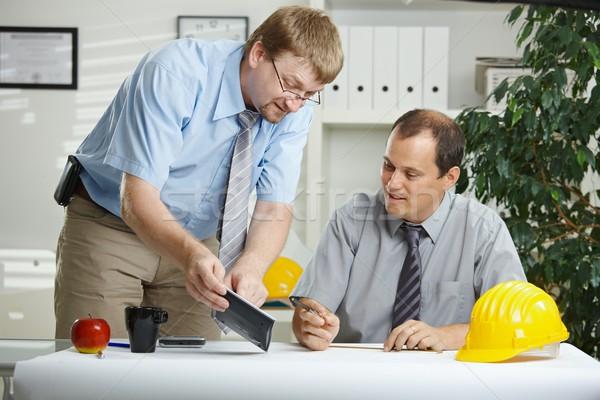 Stockfoto: Ingenieurs · praten · kantoor · werken · planning · blauwdruk