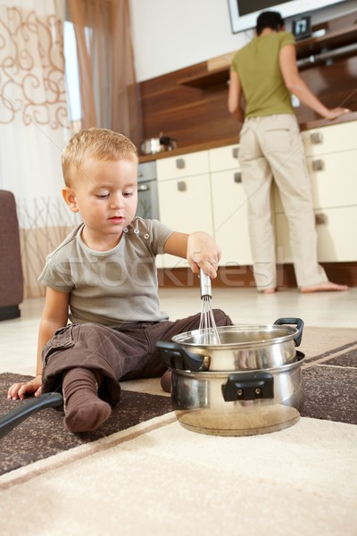 Mały chłopca gry kuchnia posiedzenia dywan Zdjęcia stock © nyul