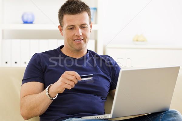 Foto stock: Hombre · compras · línea · casa · tarjeta · de · crédito · portátil