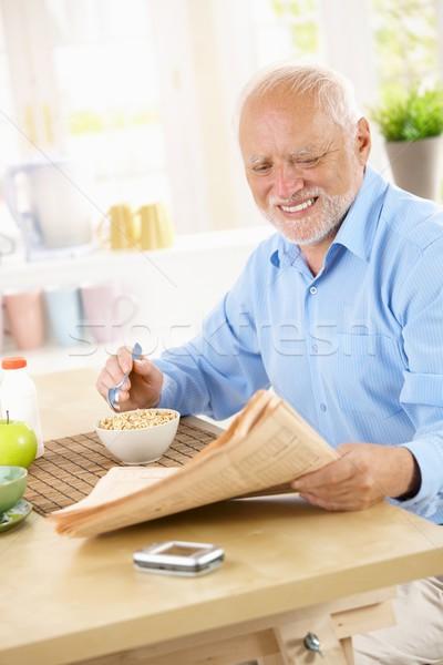Stockfoto: Senior · man · lezing · papieren · ontbijt · glimlachend