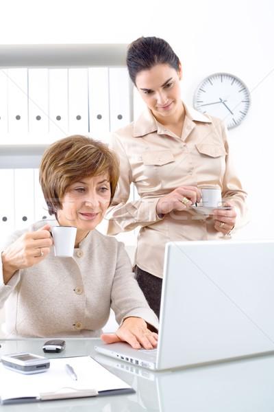 Foto stock: Empresárias · café · senior · empresária · jovem · assistente
