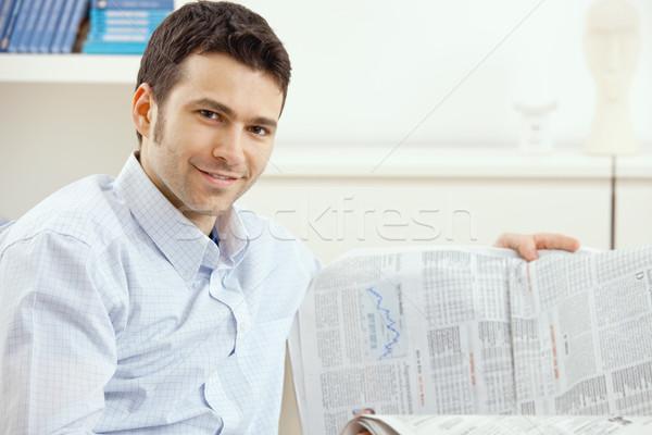 Hombre lectura negocios noticias casual jóvenes Foto stock © nyul