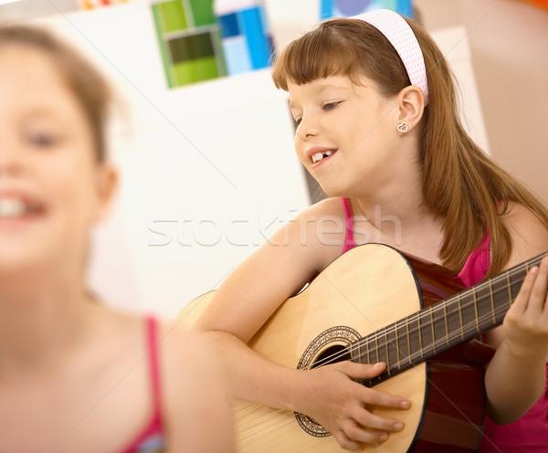 Fiatal lány élvezi játszik gitár mosolyog otthon Stock fotó © nyul