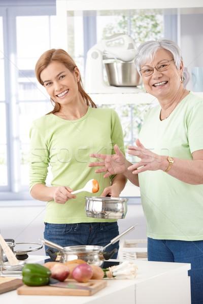 Stok fotoğraf: Anne · kız · pişirme · birlikte · kıdemli · gülen