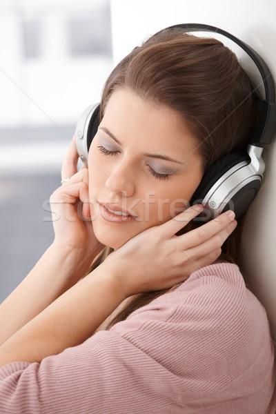 Femme rêvasser portrait casque écouter de la musique Photo stock © nyul