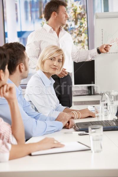 Foto stock: Empresária · reunião · de · negócios · jovem · sessão · colegas · escritório