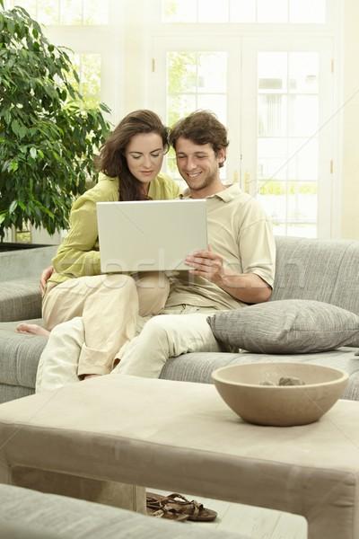 Pareja usando la computadora portátil ordenador casa sesión Foto stock © nyul