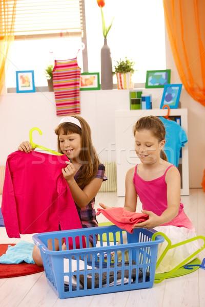 Stock fotó: Fiatal · lányok · csomagol · ruházat · segít · otthon