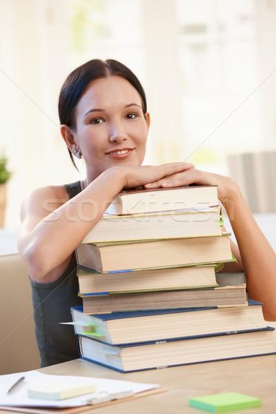 Mosolyog egyetemi hallgató köteg könyvek lány ül Stock fotó © nyul
