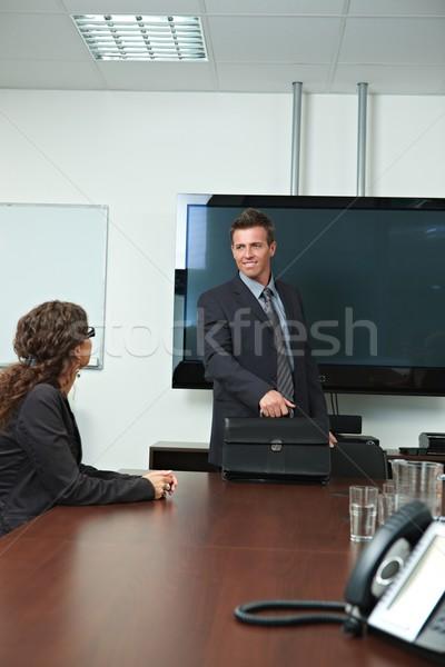 üzletember érkezik tárgyalóterem boldog mosolyog megbeszélés Stock fotó © nyul