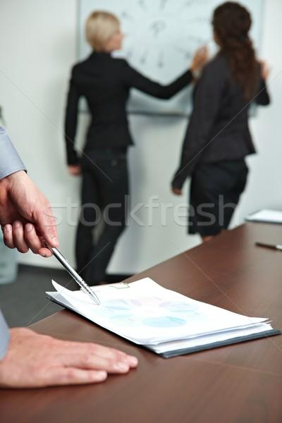 Foto stock: Mano · tabla · reunión · mesa · gente · de · negocios
