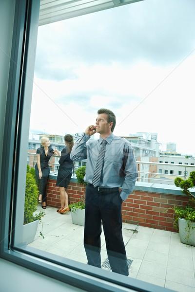 üzletember mobiltelefon üzletemberek beszél terasz szabadtér Stock fotó © nyul