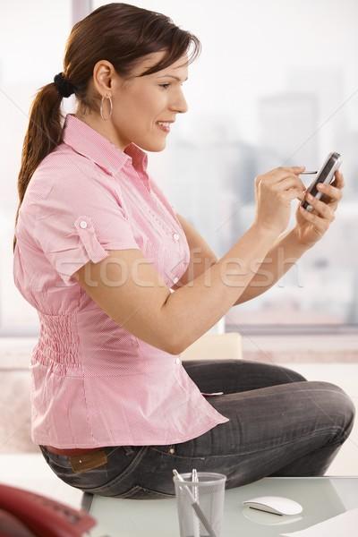 Foto stock: Oficinista · teléfono · móvil · casual · sesión · escritorio · sonriendo