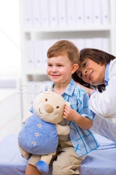 Arts onderzoeken kind senior vrouwelijke gelukkig Stockfoto © nyul